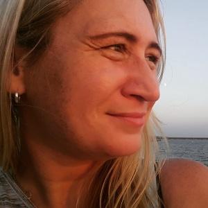 Foto: Nadine von NaLos_MehrBlick schaut lächelnd in die Ferne