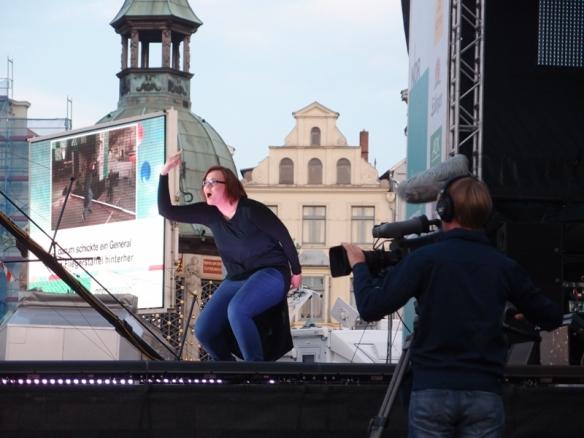 Foto: Laura M. Schwengber beim Gebärden eines Konzertes