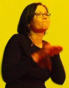 Foto: Laura M. Schwengber beim Gebärden