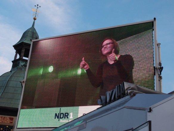 Foto: Laura M. Schwengber hält zwei Daumen in die Luft