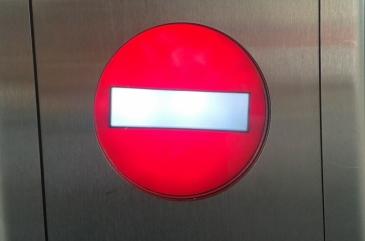 Foto: Roter Kreis mit weißer Querlinie, Zeichen für einen defekten Aufzug