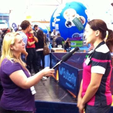 Foto: Ich in einer Interviewsituation mit einer Paralympicssportlerin auf der REHACARE