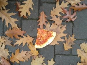 Foto: 2 Stücke Pizza liegen auf dem Boden