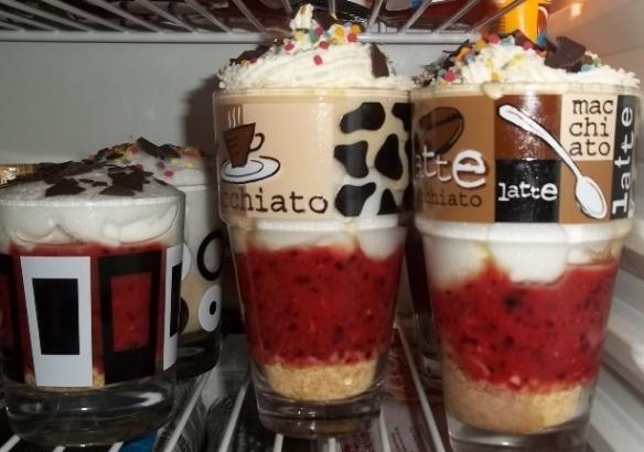 Foto: Gläser mit Fruchtdessert in Kühlschrank
