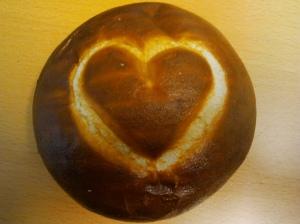 Foto: Laugenbrötchen, in dessen Oberseite ein Herz gestanzt ist
