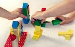 Kinderhände spielen mit Bausteinen
