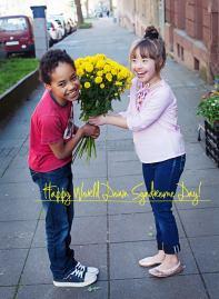 Foto: Junge schenkt Mädchen Blumen