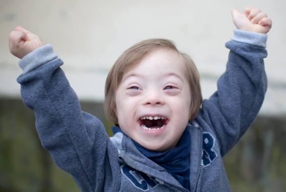 Foto: Kleiner Junge mit Trisomie 21 freut sich