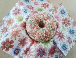 Foto: Bunter Donut auf Blümchen-Serviette