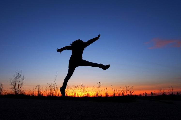 Foto: Schattenfigur springt vor Sonnenuntergang in die Luft