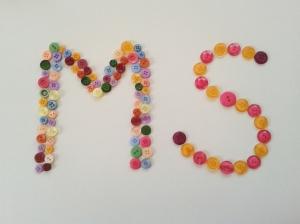 Foto: Viele bunte Knöpfe bilden die Buchstabenfolge MS