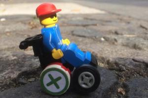 Foto: LEGO Wheelchair-Figur auf Kopfsteinpflaster