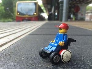 Foto: LEGO Wheelchair-Figur wartet auf Straßenbahn