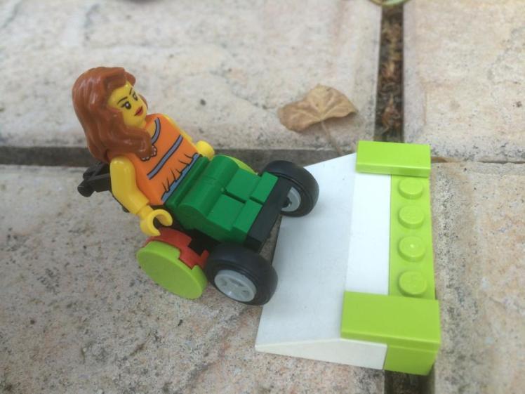 Foto: Weibliche LEGO Wheelchair-Fiur und eine LEGO-Rampe