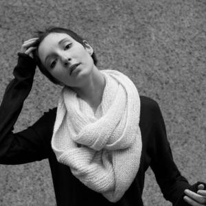 Foto: Junge Frau mit kurzen Haaren und einem weißen Wollschal