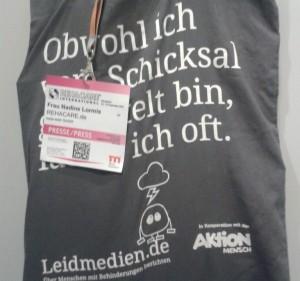 Foto: Stoffbeutel von Leidmedien.de und Presseausweis