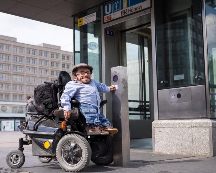 Foto: Rollstuhlfahrer Raúl Krauthausen vor einem Berliner Aufzug