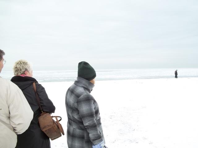Foto: Nadine (mit Mütze) am verschneiten und vereisten Strand