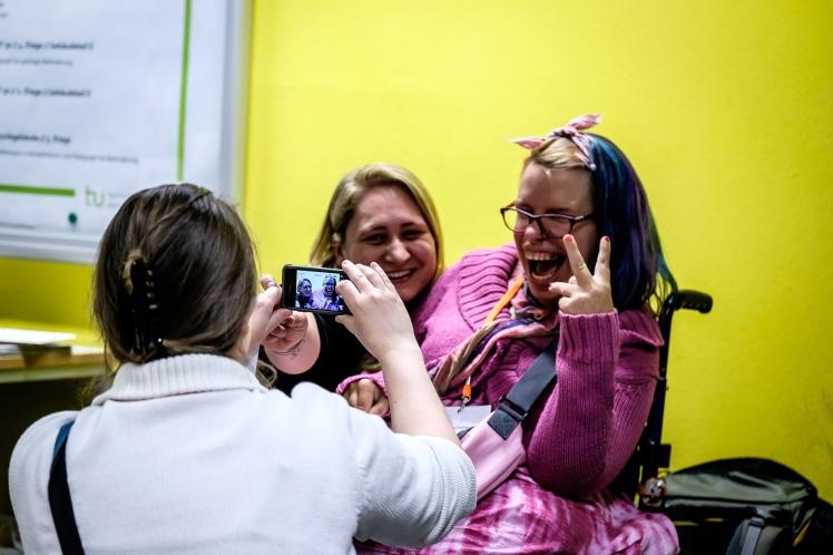 Foto: Nadine von NaLos_MehrBlick wird zusammen mit Rollifräulein Tanja fotografiert