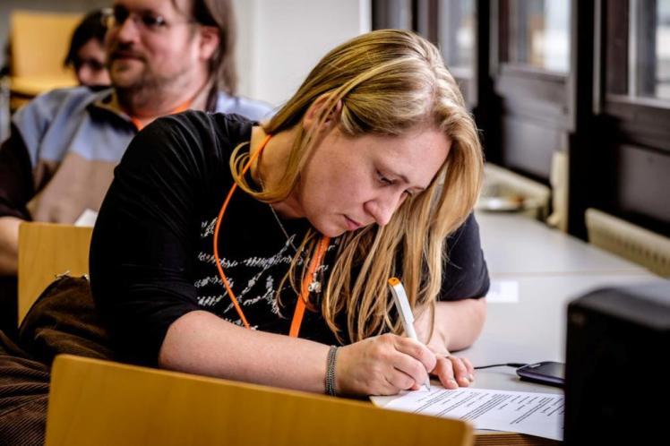 Foto: Nadine von NaLos_MehrBlick schreibt etwas beim #otc15