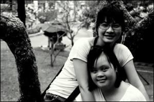 Foto: Zwei junge Frauen lächeln in die Kamera