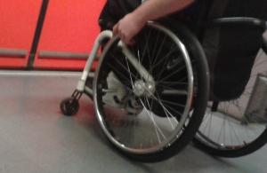 Foto: Räder eines Rollstuhls in einer S-Bahn