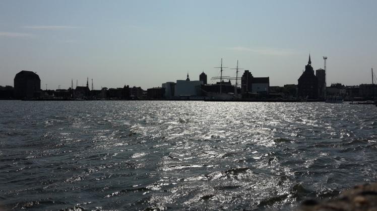 Foto: Blick auf die Skyline vom Stralsunder Hafen vom Wasser aus