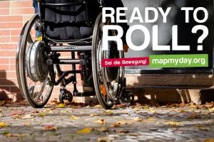 Foto: Rollstuhl vor einem Eingang mit Stufen