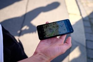 Foto: Hand hält Smartphone, auf dem Display ist die Wheelmap-Karte zu sehen