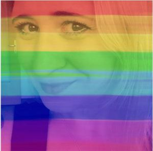 Foto: Nadine lächelt auf einem Selfie in die Kamera. Das ganze Foto ist von einer halbtransparenten Regenbogenfahne überdeckt.